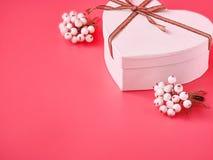 白色心脏礼物盒为在桃红色背景的情人节 St情人节概念 免版税库存照片