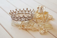 白色成珠状项链、金刚石冠状头饰和香水瓶 免版税库存照片