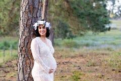 白色户外鞋带产科褂子的l美丽的孕妇 库存图片