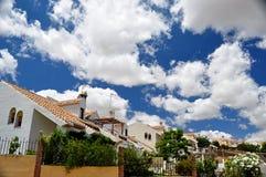 白色房子和云彩 库存照片