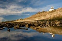 白色房子和反射在水中 免版税库存照片