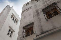 白色房子和蓝天。Madina,唐基尔,摩洛哥 免版税库存图片