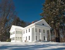白色房子在冬天 免版税库存照片