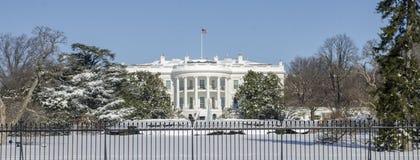 白色房子在冬天 免版税图库摄影
