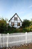 白色房子在哥本哈根郊区 库存照片
