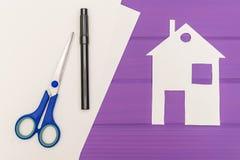 白色房子纸剪影  免版税库存图片