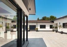 白色房子,庭院 免版税库存图片