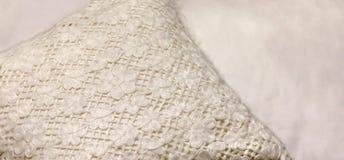 白色手工制造枕头 家庭内部装饰 免版税图库摄影