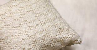 白色手工制造枕头 家庭内部装饰 库存照片