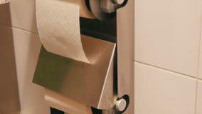 白色手纸两卷在公共厕所的小卧室的 影视素材