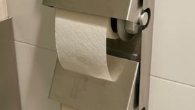 白色手纸卷在公共厕所的小卧室的 影视素材