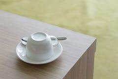 白色托起在木桌上的咖啡具 免版税图库摄影