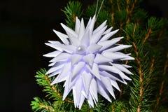 白色折叠了星形状纸在圣诞树的 免版税库存照片