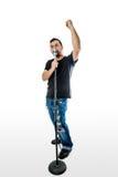 白色拳头的歌手歌唱者在天空中 免版税库存照片