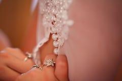 白色按豪华婚礼礼服 免版税库存图片