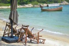 白色摇篮被栓的海滩海滩树 库存图片