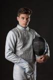 白色操刀的服装的英俊的年轻男性击剑者 库存图片