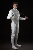白色操刀的服装的英俊的年轻男性击剑者 库存照片