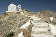 白色教会在塞里福斯岛海岛 库存图片