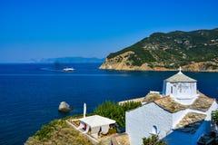 白色教会在斯科派洛斯岛 免版税库存图片