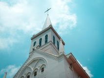 白色教会在有蓝天的新加坡 免版税图库摄影