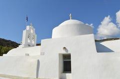 白色教会在锡弗诺斯岛海岛,希腊 库存图片
