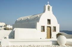 白色教会在Oia,圣托里尼,希腊海岛 库存照片