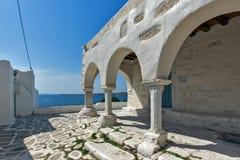白色教会在Parikia,帕罗斯岛海岛,基克拉泽斯 免版税库存照片