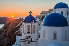 白色教会蓝色圆顶在Oia,圣托里尼,希腊 库存照片