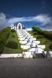白色教堂教会在太阳的亚速尔群岛葡萄牙 免版税图库摄影