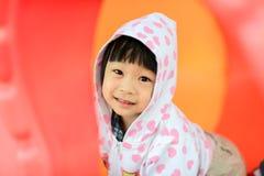 白色敞篷夹克的亚裔女孩 免版税库存照片