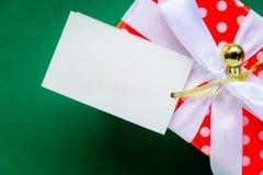 白色文本标签和礼物盒的顶视图嘲笑在绿色ta 库存照片
