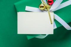 白色文本标签和礼物盒的顶视图嘲笑在绿色ta 免版税库存图片