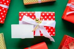 白色文本标签和礼物盒的顶视图嘲笑在绿色ta 库存图片