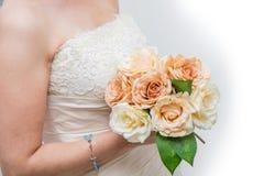 白色新娘与玫瑰花束 免版税图库摄影