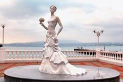 白色新娘雕塑在Gelendzhik 免版税库存图片