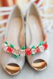 白色新娘鞋子和刃角 库存图片