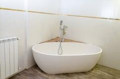 白色新的浴、白色瓦片和电池在mikvah 图库摄影