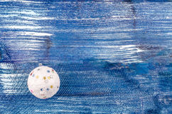 白色新年的球 免版税库存照片
