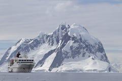 白色旅游船每在山背景的夏日  免版税库存图片
