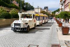 白色旅行车在游览时移动 库存图片