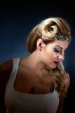 白色无袖衫和闪耀的头饰带的拉提纳女孩 免版税库存照片