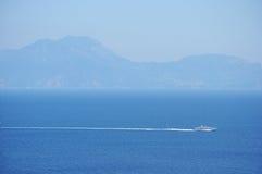 白色昂贵的游艇在天蓝色的海 免版税图库摄影