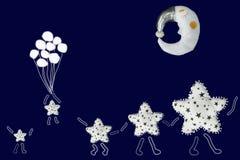 白色星家庭举行手和走在睡觉月亮下,小星飞行与在藏青色背景的气球 免版税库存图片