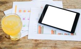 白色显示片剂,冷玻璃杯柠檬水,图表数据analysi 免版税库存照片