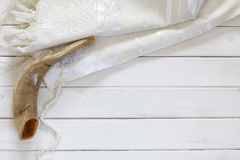 白色晨祷披巾- Tallit和羊角号(垫铁) 犹太宗教 免版税库存图片