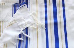 白色晨祷披巾- Tallit,犹太宗教标志 免版税库存图片