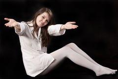 白色晨衣的女孩 免版税库存图片