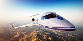 白色普通飞行在山的设计私人喷气式飞机现实照片  与太阳的空的蓝天在背景 库存照片