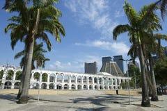 白色曲拱在卡约埃尔考斯da Lapa Centro里约热内卢巴西 免版税库存照片